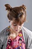 Rapariga com pigtails, e colar colorida Fotos de Stock