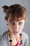 Rapariga com pigtails, e colar colorida Imagens de Stock Royalty Free