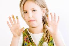 Rapariga com pintura nas mãos Fotos de Stock Royalty Free