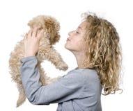Rapariga com seu filhote de cachorro da caniche do brinquedo (9 semanas velho) foto de stock