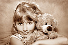 Rapariga com seu urso de peluche Fotos de Stock