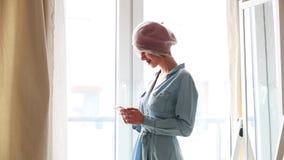Rapariga com telefone móvel filme