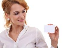 Rapariga com um cartão em branco Foto de Stock Royalty Free