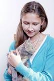 Rapariga com um gatinho imagem de stock