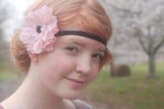 Menina em árvores de cereja de florescência Imagens de Stock