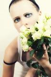 Rapariga com um ramalhete das rosas brancas Imagens de Stock