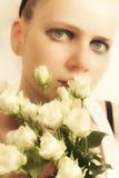 Rapariga com um ramalhete das rosas brancas Fotos de Stock Royalty Free