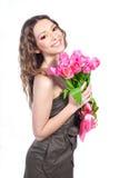 Rapariga com um ramalhete de tulips cor-de-rosa Fotografia de Stock Royalty Free