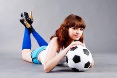 Rapariga com uma esfera de futebol Imagens de Stock