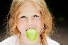 Rapariga com uma maçã fotografia de stock