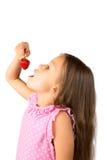 Rapariga com uma morango Foto de Stock