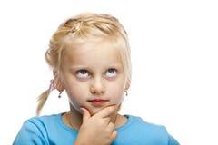 A rapariga contemplativa (criança) olha acima. Fotografia de Stock Royalty Free