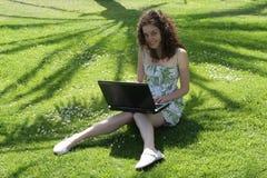 A rapariga conversa com os amigos ao ar livre Imagem de Stock