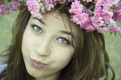 Rapariga de Dessatisfied em um chaplet do explorador de saída de quadriculação Imagens de Stock Royalty Free
