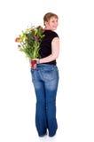 Rapariga de sorriso feliz que apresenta flores Foto de Stock Royalty Free