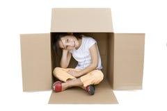 Rapariga dentro de uma caixa Fotografia de Stock Royalty Free