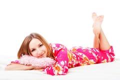 Rapariga doce em pijamas cor-de-rosa na cama Imagem de Stock Royalty Free