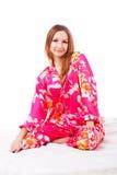 Rapariga doce em pijamas cor-de-rosa na cama Fotografia de Stock