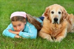 Rapariga e cão fotografia de stock