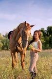 Rapariga e cavalo imagem de stock