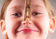 Rapariga e clothespin Fotografia de Stock Royalty Free