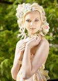 Rapariga e flores em seu cabelo fotos de stock royalty free
