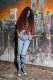 Rapariga e grafittis foto de stock