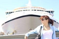 Rapariga e navio de cruzeiros bonitos Fotos de Stock Royalty Free