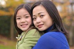 Rapariga e sua mamã Fotografia de Stock Royalty Free