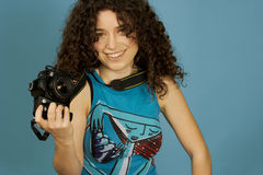 Rapariga e uma câmera foto de stock