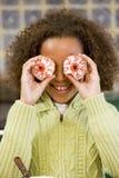 Rapariga em Halloween que joga com bolos Imagem de Stock