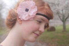 Menina de cabelo vermelha com um Headband florescido imagens de stock royalty free