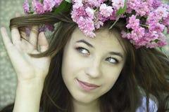 Rapariga em um chaplet das rosas Imagens de Stock Royalty Free