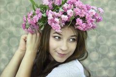 Rapariga em um chaplet das rosas Fotos de Stock Royalty Free