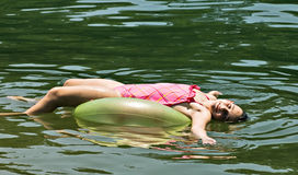 Rapariga em um flutuador imagem de stock royalty free