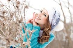 Rapariga em um parque na neve Foto de Stock Royalty Free