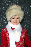 A rapariga em um tampão da pele na neve Fotografia de Stock Royalty Free