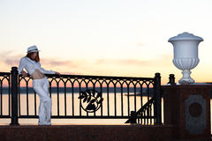 Rapariga em uma camisa e em um chapéu brancos Fotografia de Stock