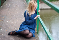 Rapariga em uma ponte Imagens de Stock