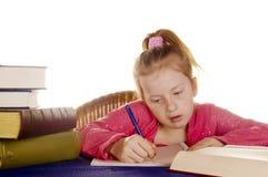 A rapariga está estudando os livros fotografia de stock