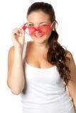 A rapariga está prendendo óculos de sol vermelhos Fotografia de Stock Royalty Free