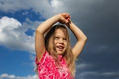 Rapariga Excited de encontro ao céu nebuloso Imagens de Stock Royalty Free