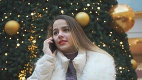 Rapariga feliz que fala no telefone closeup video estoque