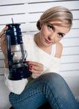 A rapariga guardara uma lâmpada de petróleo Imagem de Stock