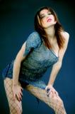 A rapariga inclina-se para a frente Fotografia de Stock