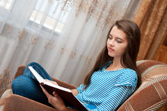 A rapariga lê o livro Imagens de Stock