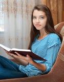 A rapariga lê o livro Fotografia de Stock Royalty Free