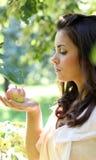 Rapariga lindo com maçãs Foto de Stock