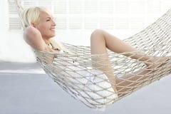 Rapariga loura bonita relaxada no hammock Fotos de Stock Royalty Free