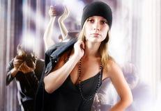 Rapariga moderna no revestimento das calças de brim Fotos de Stock